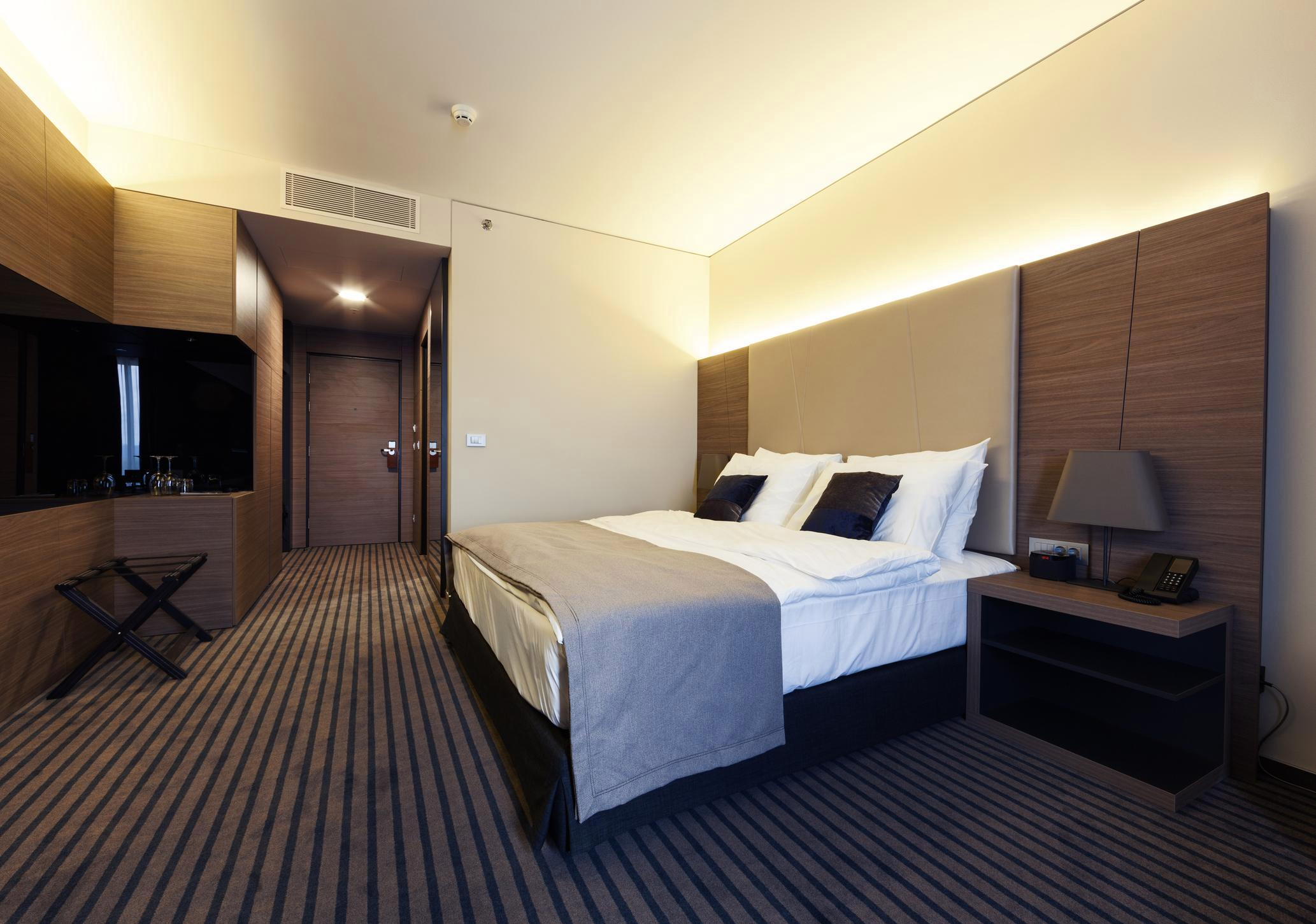 how to avoid hotel room theft